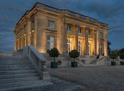 Le Petit Trianon illuminé la nuit...