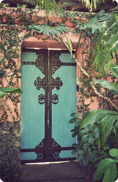 Porta de madeira com ornamentos de metal.  https://turquoiseanddiy.wordpress.com/2015/02/06/como-explicar-amor-por-portas/