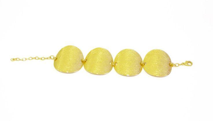 Brazalete bañadoen oro de 24 K, hecho a la cera perdida usando una aleación pura de metales, película de protección para proteger el baño en oro. Llevate un po