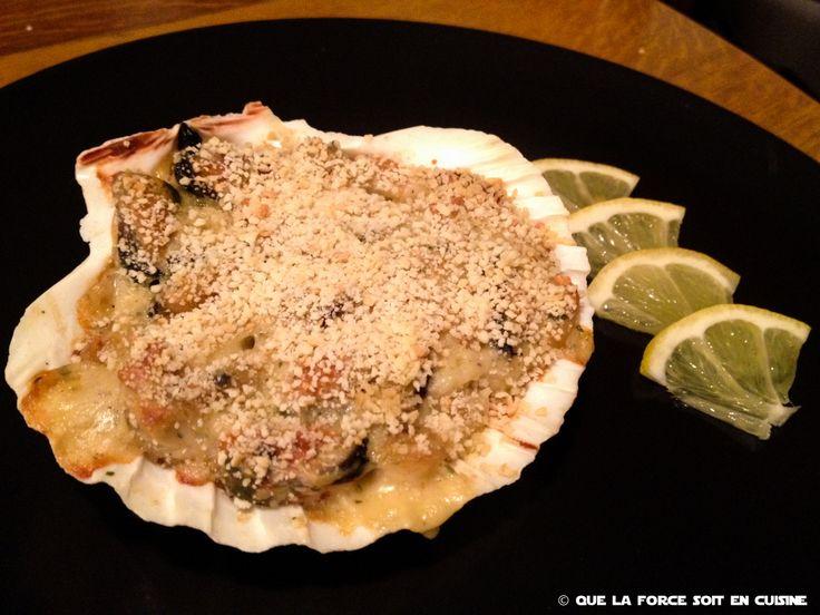 Il est bien évident qu'avec des fruits de mer frais, c'est bien meilleur ; cependant avec les cocktails de fruits de mer congelés ça peut le faire. Pour passer des restes de poissons  c'est l'idéal, en suivant le même principe on peut les faire avec des restes de poulet et c'est top.800 g de fruits de mer décortiqués  1/2 litre de béchamel (1/2 litre de lait + 1 oignon + 30 g de farine + 30 g de beurre)  25 cl de vin blanc  Chapelure Persil