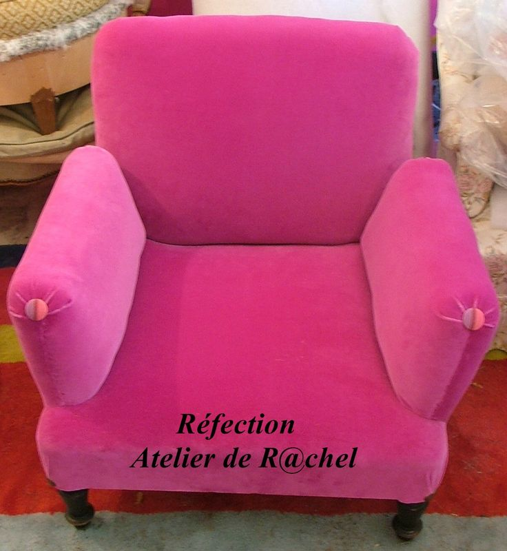 Réfection totale d'une paire de fauteuils anglais, appartenant à la famille des fauteuils dits à bois recouverts. La cliente souhaitait dans...