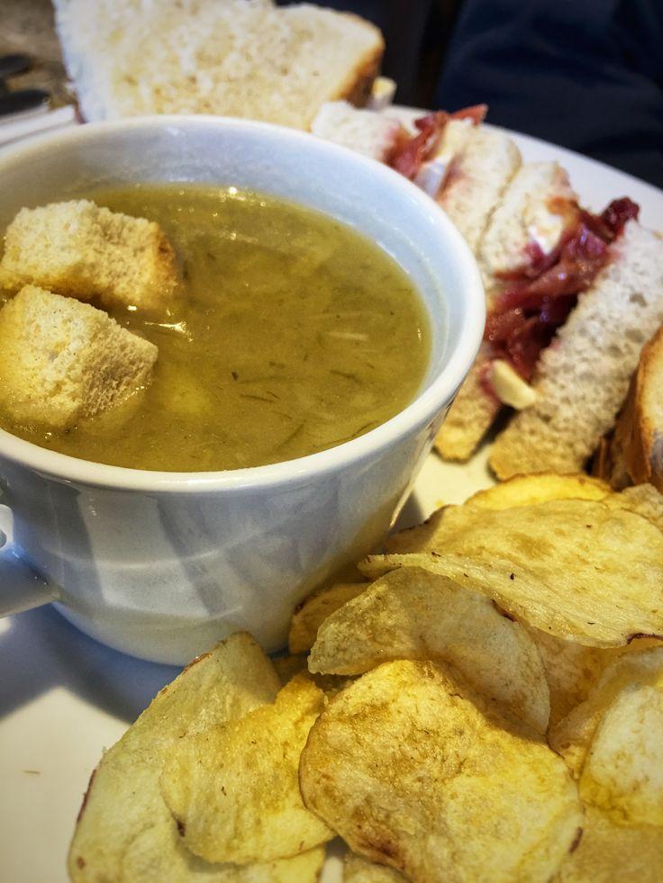 Peruna-purjokeittoa ja vuohenjuustovoileipiä