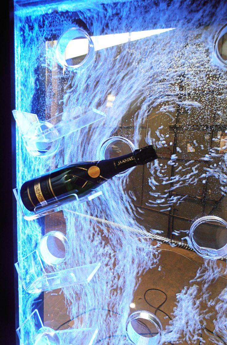 display exhibidor para botellas de champagne con pared de agua con burbujas