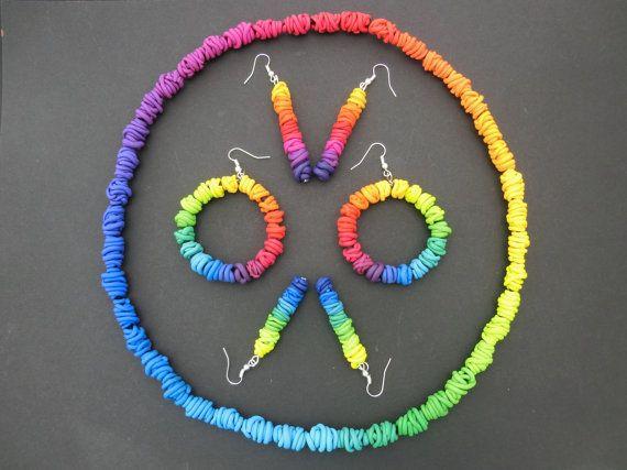 Kleurige lange hangende oorbellen/ dunne polymeer door atelierJOKO