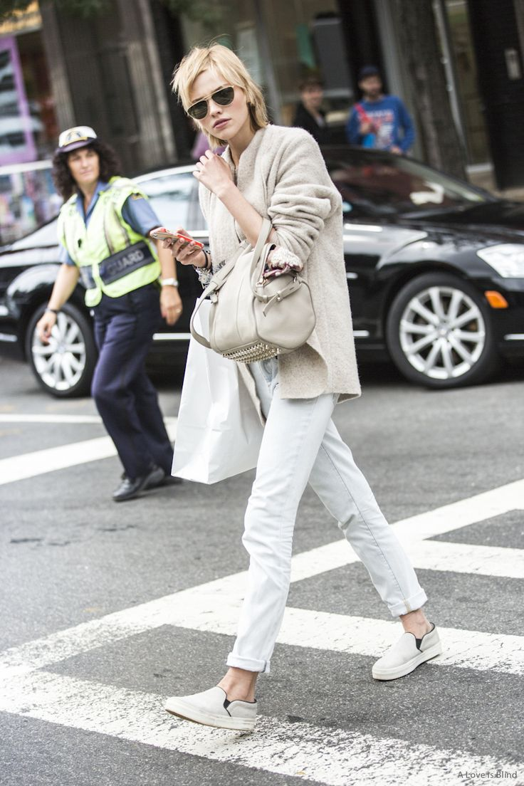 Sasha working neutrals. #offduty in NYC. #SashaLuss white sneaker outfit styling coordinate 白 スニーカー コーデ コーディネート 合わせ方
