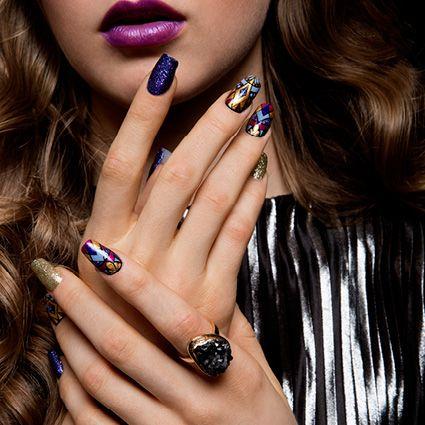 Con questo look glamour sarai la protagonista del Weekend! Brilla con Pronails, brilla con la nostra nuova collezione Own The Night!  #queenofthenight #getthelook #sparklewithpronails #ownthenight #PronailsItalia