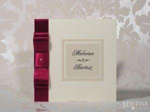 Pionowa tasiemka oraz połyskujący perłowy papier to zaproszenie, które na pewno przypadnie do gustu każdemu tradycjonaliście.