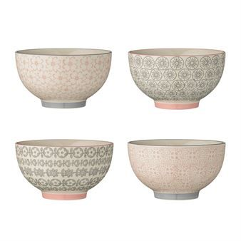 Create a vivid table setting with the pretty Cécile bowls from Bloomingville. The bowls are delivered in a set of four, made of glazed stoneware with different patterns in soft grey and pink. Use the bowls for breakfast, snacks or desserts and combine them with other pieces from the Cécile collection!