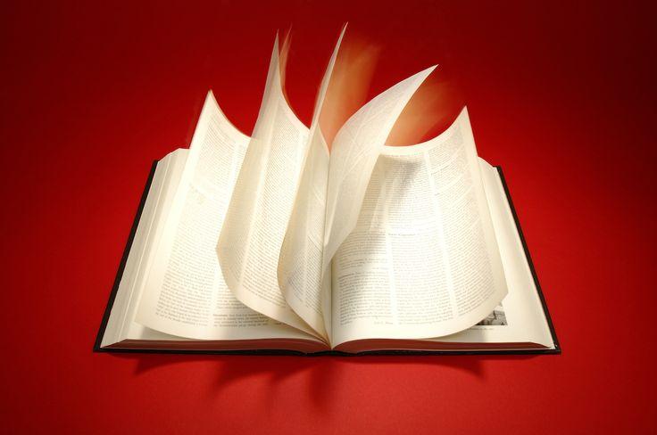 速読術には意味がなかった? 「読書力」を向上させるために本当にすべきこと  リーディングスキルは、読書から獲得された知識量に依存する。熟練した読者は、印刷物には出てきても、話し言葉では登場しない多くの単語や文の構造を知っている。彼らはまた、さらに「広い背景知識」ももっていて、読もうとしていることの内容を知っている。わたしたちは目や脳を訓練したりするのではなく、読むという行為を通してこうした情報を手に入れる。まさに、読むだけなのだ。  できる限り読もう。