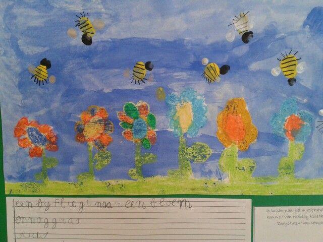 Lente tekening: met vetkrijt de bloemen, waterverf de achtergrond, bijen met vingerverf. Als het droog is met fineliner de bijenstreepjes zetten