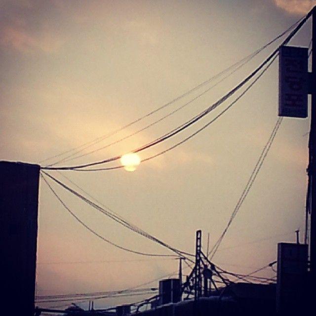 miwoo86 한해도 하루도 바삐 지나간다 #지는해 #태양 #전깃줄 #겨울 #12월 #sun #sunset #nature #winter #december / #골목 #하늘 #설비 / 2013 12 24 /