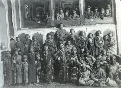 Jewish school, silk Ikat dress, Bukhara. Central Asia. circa 1900. «IKAT – AARTEITA SILKKITIEN VARRELTA»