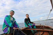 Segeln am Kummerower See. Mit unserem  Holzsegelboot könnt Ihr jeden Dienstag und Samstag um 14:30 Uhr in unserer Schnupperstunde Segeln diesen Sport erleben. Wer danach das Segeln erlernen möchte kann in unserer Segelschule einen international anerkannten VDWS Jollensegelschein erwerben. Der Kurs dauert 10- 12 Stunde