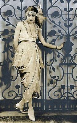 maudelynn: Draped and fringed dress c.1920, from Het Leven Magazine via knittingandcrocheting-club.blogspot.com
