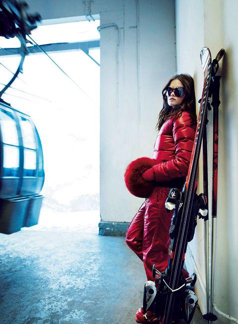 PENTE REDDoudoune en polyamide rouge et pantalon coordonné, Fendi. Lunettes Dior, gants Glove Story, manchon Yves Salomon, chaussures de ski, Nordica, skis Rossignol, bâtons Movement chez Jean Ski à Val-d'Isère.