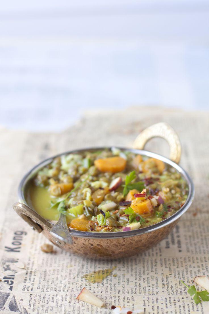 Ce classique de la cuisine Anglo-Indienne tire son nom de 2 mots de la langue Tamoul (Inde du Sud) soit « molegoo » (poivre) et « tounes » (eau). Cette soupe était si populaire auprès des britanniques qui vivaient en Inde, qu'ils en ramenèrent la recette chez eux et y apportèrent des variations presque à l'infini au cours des années.