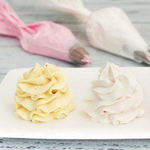 El buttercream o crema de mantequilla es ideal tanto para rellenar tartas como para decorar cupcakes, su preparación es muy sencilla pero si es la primera vez que la haces puede que tengas dudas y en este post te vamos a contar un montón de trucos y consejospara que tu buttercream te quede perfecta ¿Empezamos? …