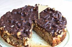 FOR ENGLISH CLICK HERE. En svampet og snasket snickers-kage toppet med et tykt crispy lag. Kagen er fri for gluten, laktose og har et naturligt indhold af sukker fra dadlerne. Opskriften er vegetarisk og indeholder økologiske æg. Du kan finde flere sunde desserter i opskriftindex'et f....