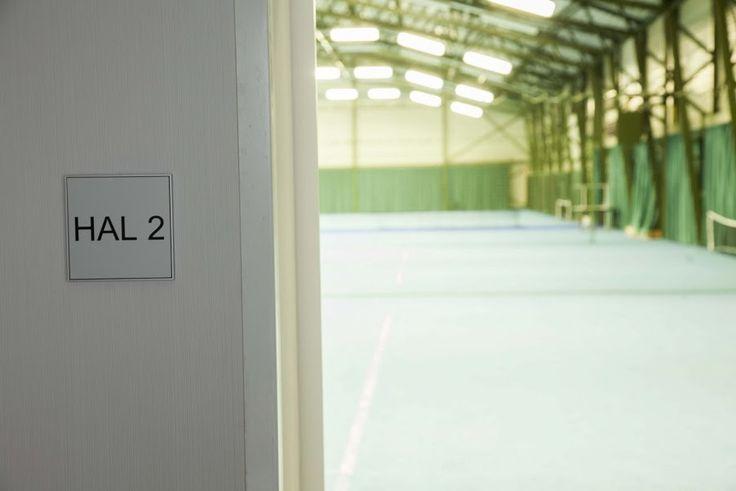 I-sign skilt brugt til intern vejvisning i en sportshal.