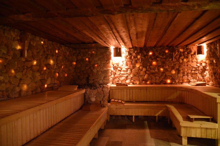 In de Zoutsteensauna waant u zich in een ware zeegrot met bijzonder gekleurde zoutkristallen. De zoutstenen in de Zoutsteensauna komen uit de Himalaya en staan bekend om het hoge mineralengehalte. Deze sauna is dus niet alleen een lust voor het oog, maar deze zoutkristallen zorgen ook voor een heilzame werking op de luchtwegen. Tip: Heeft u last van benauwdheid, dan is deze sauna een absolute must tijdens uw dagje wellness!
