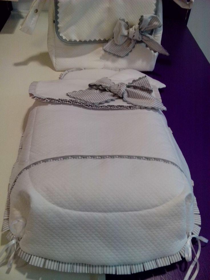 bebeteca. Saco con cubre capazo en rombo blanco combinado con raya gris.