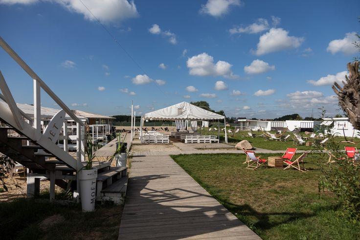 Lake Park Wilanów to zlokalizowany na jednej z najpiękniejszych warszawskich plaż park rozrywki zajmujący teren o powierzchni 35000 m2. Przepiękne nabrzeże Jeziorka Powsińskiego - żółty piasek plaży, zieleń drzewi błękit wody - pozwoli gościom oderwać się od codziennej rutyny i poczuć niezapomniany wakacyjny klimat. Lake Park przygotował szeroką gamę atrakcji sportowych: wyciąg do wakeboardingu, zjeżdżalnię Slip&Slide, mini rampę przeznaczoną do jazdy na rowerze ideskorolce, boisko do s...