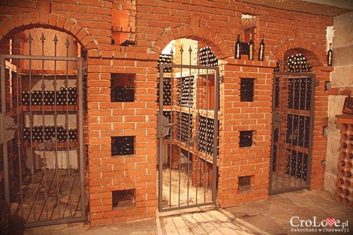 Ceglane półki na butelki z winem w piwnicy Matuško w Potomje || http://crolove.pl/winiarnia-matusko-w-potomje-na-polwyspie-peljesac/ || #wine #winery #matushko #croatia #chorwacja #kroatien #hrvatska
