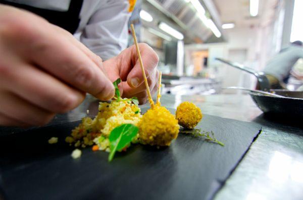 Héctor López nos enseña a preparar Piruletas de cordero con cuscús de verduras | #Receta #Contucocina #Piruletas de #Cordero