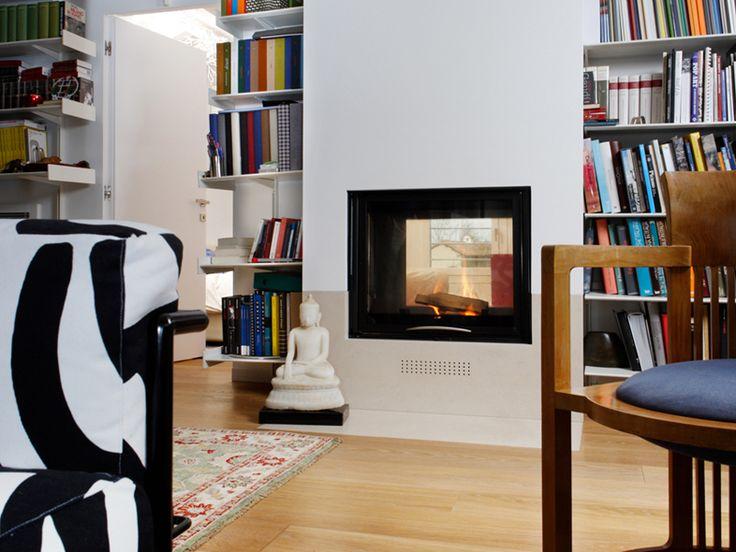 Termocamino bifacciale inserito all'interno di una libreria #design #camini #termocamini