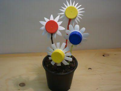 Jarní dekorace: DIY květiny z vršků od plastových lahví