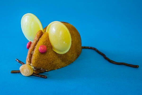 Traktatie: muis van eierkoek Deze muis van eierkoek is erg leuk om samen met je kind te maken voor een traktatie op school. Omdat het zo eenvoudig te maken is, kan het ook leuk zijn als activiteit op een kinderfeestje. Eerst de muis maken en daarna lekker opsnoepen met wat ranja erbij.