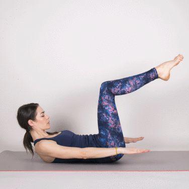 【ペタンコお腹を作る100トレ① 】    仰向けの姿勢に寝転び、そのまま膝を90度曲げ、やや上体を起こしたらそのまま手をゆっくり上下に動かします。この手を下ろす動きを1回として、同じ動きを100回繰り返すのが100トレの基本です。  手足の指先までピンと伸ばすことを意識することが大切。  また腹筋にしっかり負荷をかけるためにも、顎を引いてしっかりおへそを見つめることを意識してみましょう。1分から1分30秒のペースで100回手を動かすのがオススメですが、余裕のある人は動画のようにゆっくり動かしてもOKです。