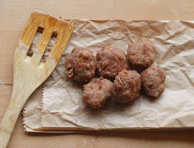 PROCEDIMENTO La ricetta per fare le polpette è super veloce e facile. Come prima cosa, versa la carne in una ciotola e aggiungici l'uovo, la mortadella tagliata a piccoli quadretti, sale e del Parmigiano a piacere.Lavora l'impasto con le mani e nel frattempo fai scaldare l'olio di semi in una padella. Quando il composto è ...