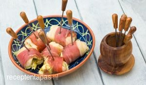 Met parmaham omwikkelde stukjes kip gevuld met pesto en mozzarella