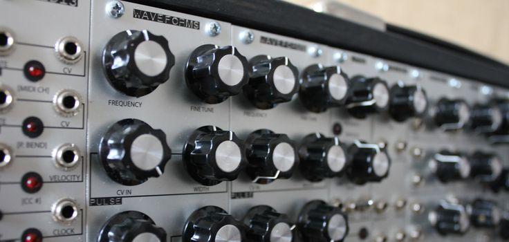 """Mit dem Pittsburgh Modular Waveforms Oscillator stellt die Firma aus """"Steel City"""" einen Oszillator vor, der auf 10 TE alle Funktionen, die typischerweise genutzt werden, vereinen soll. Der Waveforms basiert auf einen Sägezahn-Kern, das heißt alle anderen Schwingungsformen werden durch Waveshaper vom Sägezahn abgeleitet. Dazu kommt noch eine """"Blade"""" genannte Schwingungsform, die vielfältige Modulationsmöglichkeiten bietet. …"""
