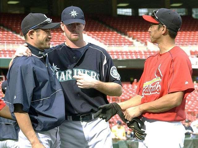 2004年 試合前に笑顔で言葉を交わすマリナーズのイチロー 左 とカージナルスの田口 右 Bungeishunju Ltd 提供 イチロー カージナルス 試合