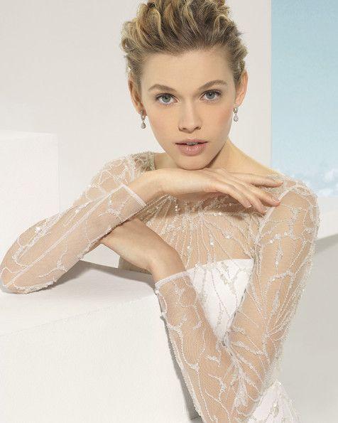 Vestido de tul sedoso y pedrería en color marfil.