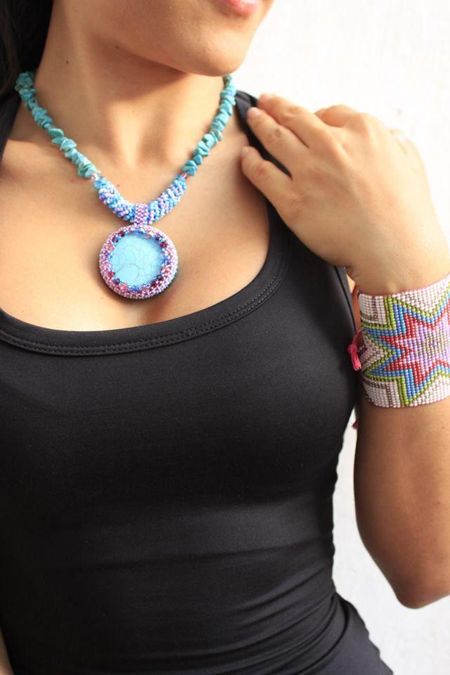 collares tejidos en mostacilla 100% hechos a mano, se pueden hacer variaciones de color en los tejidos, y diseños para cada persona, los modelos son referencia de tamaño y posibles opciones. DISEÑOS EXCLUSIVOS LIBELULACELESTE.