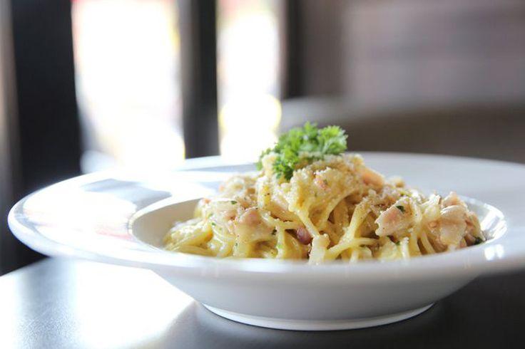 In estate si ha voglia di una pasta dal sapore di mare e dal gusto fresco: fanno al caso gli spaghetti risottati con gamberi, asparagi e salsa al limone.