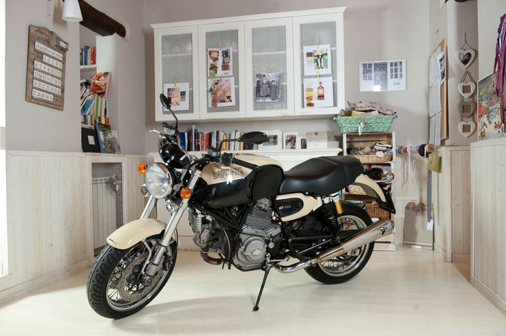 Maison became a set for a motorcycle's shooting ....