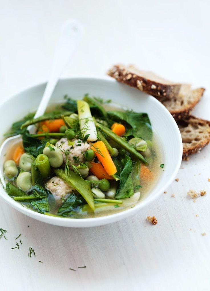 voorjaarsgroenten soep met visballen Voeg de spinazie en kruiden vlak voor het serveren toe aan de hete soep en serveer dan met brood en boter.