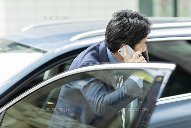 車から降りるビジネスマン 10622003480 の写真素材 イラスト素材