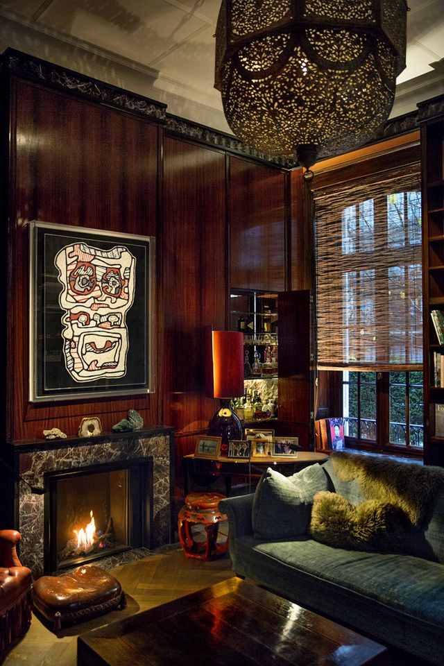 L'ancien consulat de France a Anvers Dans le salon-fumoir aux murs revêtus de palissandre indien, une peinture de Jean Dubuffet bouscule un peu l'ambiance feutrée et orientalisante.