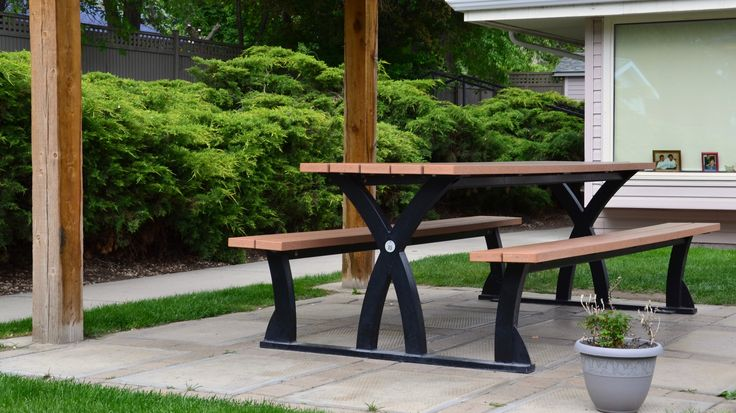 Wishbone 8 ft #Parker #Picnic #Table at Braemore Lodge in Penticton BC #streetfurniture #sitefurniture #madeincanada #recycledplastic
