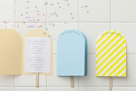 アイスキャンディー型にカットした用紙とアイスの棒を組み合わせたキュートでポップな招待状。半透明の封筒からは、アイスの棒が飛び出す、遊び心あふれるつくりに。夏らしい涼やかなモチーフのアイテムで、ウェディングを盛り上げて♪夏婚らしい&ふたりらしい招待状。今回は、アイスキャンディー招待状の作り方をご紹介します。