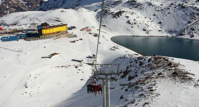 Centros de ski comienzan a abrir sus puertas.  (turismonacional.cl) Chile con más de tres mil kilómetros de cordillera, ofrece cerca de 20 centros invernales con la más completa infraestructura y diversidad en servicios, que han convertido a nuestro país en una de las capitales mundiales en la práctica del ski y snowboard.