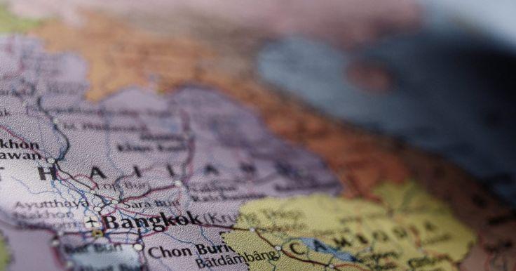 ¿Qué son los mapas políticos y físicos?. La cartografía, o el arte de hacer mapas, puede remontarse en el 2300 aC. Los cartógrafos hacen mapas para transmitir información geográfica en una manera que sea fácil de entender. Los mapas políticos y físicos son dos tipos de mapas que le dan al lector distintos tipos de información específica e importante sobre el mundo.
