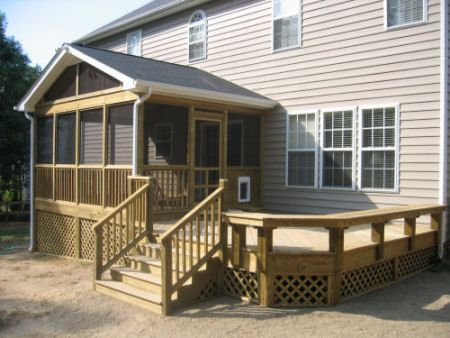 A custom deck adjoining a screened porch, featuring custom benches, built by Ral… – Teresa Garrison