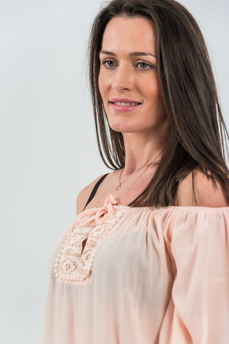 Bluză din material texturat fin, vaporos, de culoare roz somon cu decolteu în V prevăzut cu șnur simplu în aceeași nuanță. Este acccesorizată în partea frontală, in zona decolteului cu o broderie decorativă în aceeași nuanță și cu inserție elastică oferind posibilitatea de a purta bluza și pe umeri. Mâneci 3/4, model clopot, accesorizate cu broderie decorativă dispusă vertical. Terminație simetrică accesorizată cu broderie decorativă.