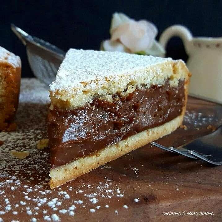 La torta di frolla con crema al cioccolato è un dolce semplicissimo da realizzare, con base pasta frolla e un goloso ripieno.